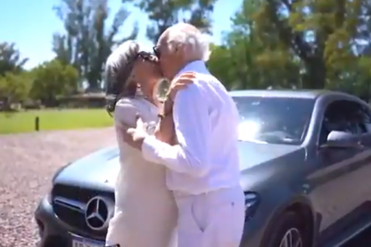 la rompieron: mira la imperdible invitacion de carlos bianchi y su esposa marga a su fiesta de cumpleanos