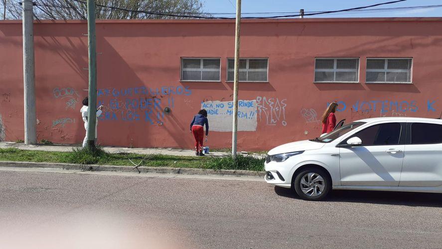 Pintadas contra el kirhnerismo en la sede de la Facultad de Salud de la UNICEN en Olavarría