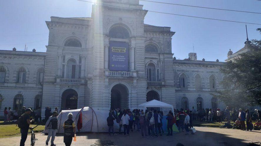 Acampe de cooperativistas frente a la Municipalidad de La Plata