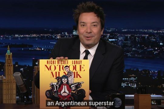 El preciso instante en que Jimmy Fallon, con el último álbum de Nicki Nicole en sus manos presenta a la joven rosarina cantante de Trap, de 20 años, como una superestrella argentina