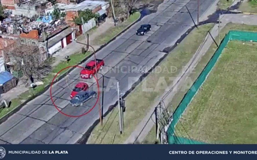 Con video: Buscan al conductor de una camioneta que provocó un triple choque y se fugó
