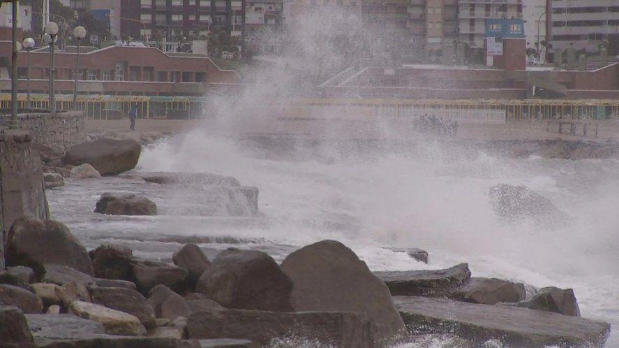 El alerta por vientos que emitió el SMN vuelve a afectar a la ciudad de Mar del Plata.