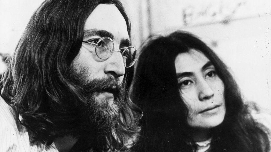 John Lennon y su esposa