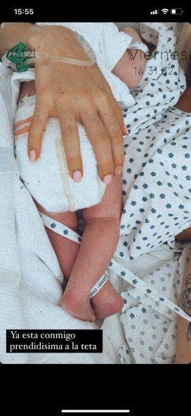 Delfi recibió a su beba Francesca, se prendió a la teta y lo compartió en Instagram
