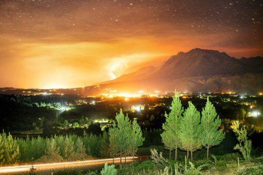 Incendio en la cara este del Cerro Piltriquitrón, cerca de El Bolsón. Foto Alejandro Chaskielberg @alejandrochaskielberg