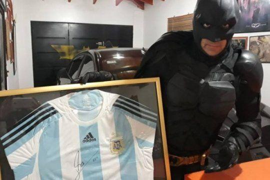 batman solidario sortea una camiseta firmada por messi para ayudar al hospital de ninos