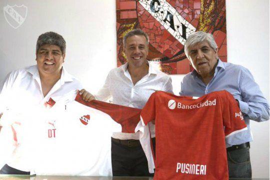 Otro clima: Los Moyano y Pusineri en la presentación como técnico de Independiente.