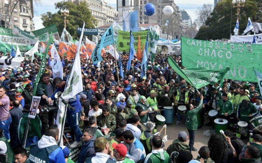 Una multitud se congregó en Plaza de Mayo y apuró a la CGT para que lance un paro general