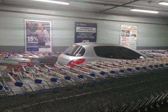 insolito: estaciono mal en un supermercado y la reaccion de los empleados se volvio viral