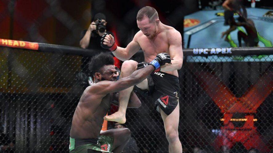 Un luchador de UFC dio un rodillazo criminal, fue descalificado y le quitaron el título
