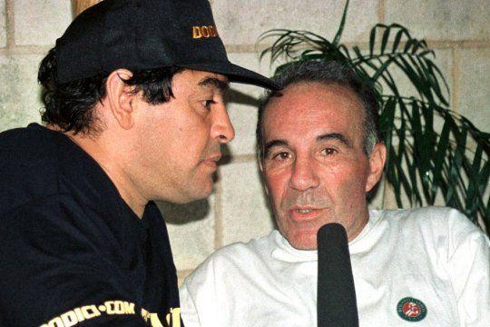Alfredo Cahe junto a Diego Maradona