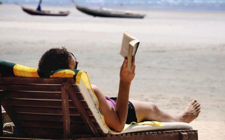 Para leer en la playa: escritores de La Plata llevaron sus obras a librerías de la costa atlántica