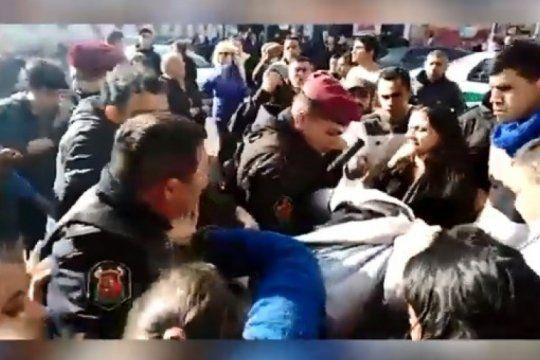 video: vecinos de la plata impidieron que la policia detenga a un mantero senegales