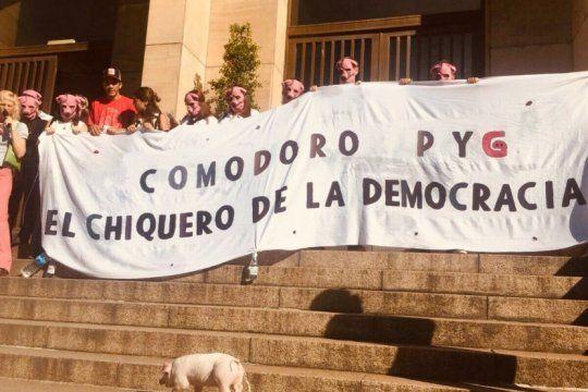 ?el chiquero de la democracia?: la bandera que colgaron en los tribunales de comodoro py