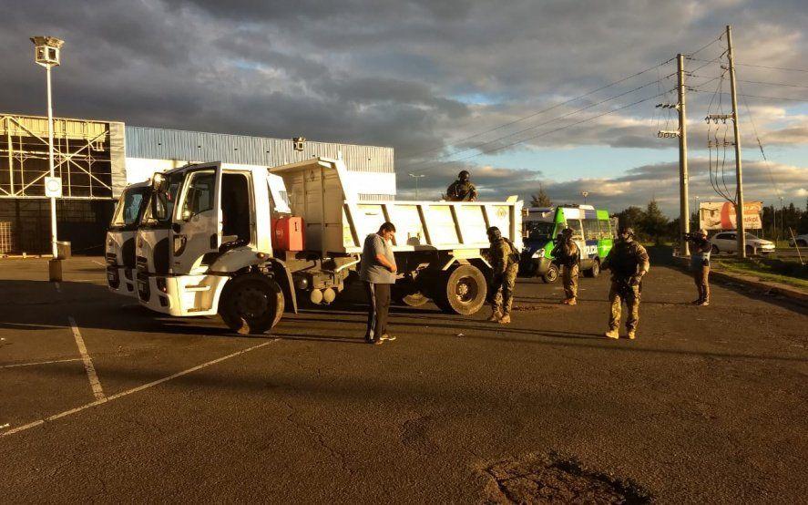 La Plata: policías ingresaron en camiones municipales a un barrio para desbaratar una banda narco
