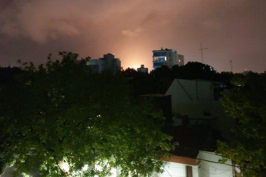 Una intensa llamarada desde la refinería de YPF volvió a alertar a los vecinos de La Plata (Foto:@MatinataJuan)