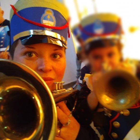 La historia de la trompetista que le toca a su padre internado por Covid