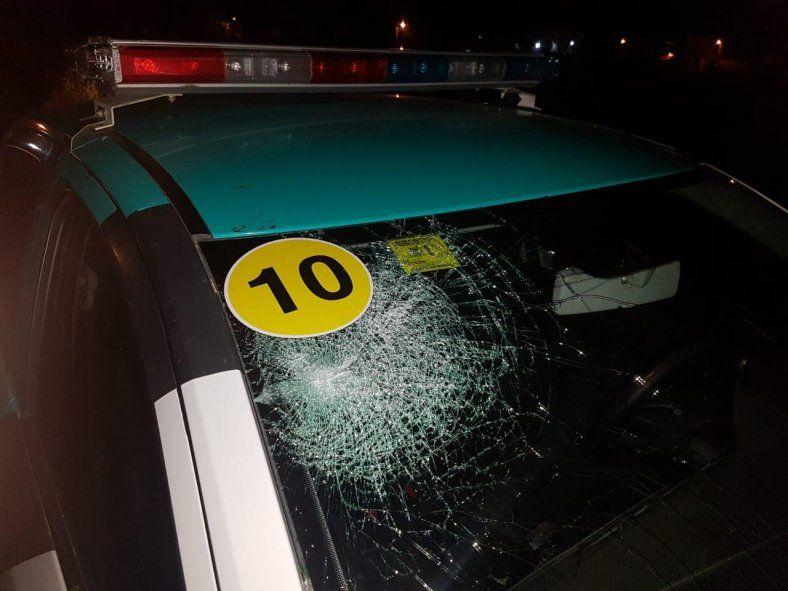 Los moviles municipales fueron atacados a piedrazos tras desactivar dos fiestas clandestinas.