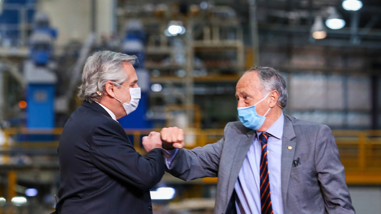 Alberto Fernández y el presidente de la Unión Industrial Argentina (UIA), Daniel Funes de Rioja, durante el día de la industria 2020. Este año no se repetirá la foto.