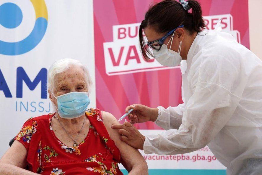 La vacunación a los adultos mayores genera polémica entre el oficialismo y la oposición