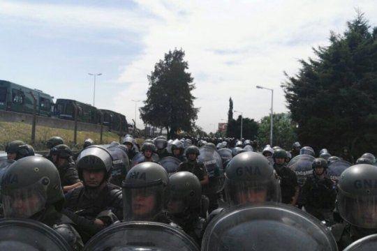 para impedir el corte, gendarmeria avanzo sobre los trabajadores del hospital posadas en el acceso oeste