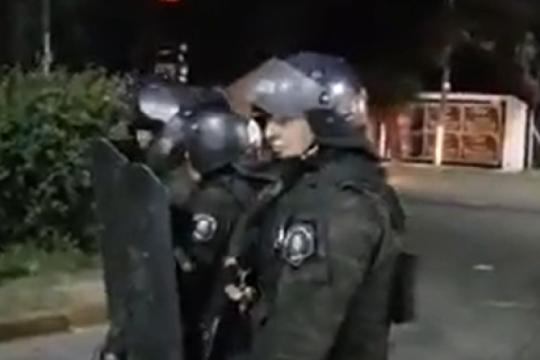 quilmes: vecinos protestaban por un corte de luz y fueron reprimidos por la policia