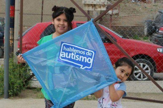 miles de barriletes tinen el pais de azul este fin de semana para generar conciencia sobre el autismo