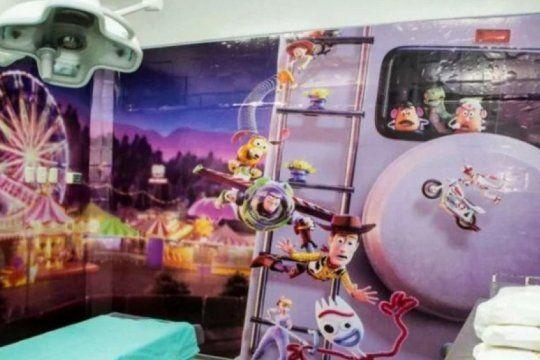 toy story, minions y un auto electrico: asi quedo el quirofano infantil del hospital municipal de bahia blanca