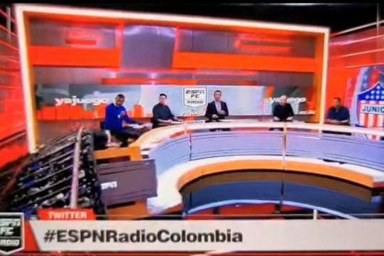 El preciso instante en que la escenografía cae sobre la humanidad del periodista colombiano de ESPN provocándole heridas mínimas y un gran susto a él y todos sus compañeros que observaban la situación