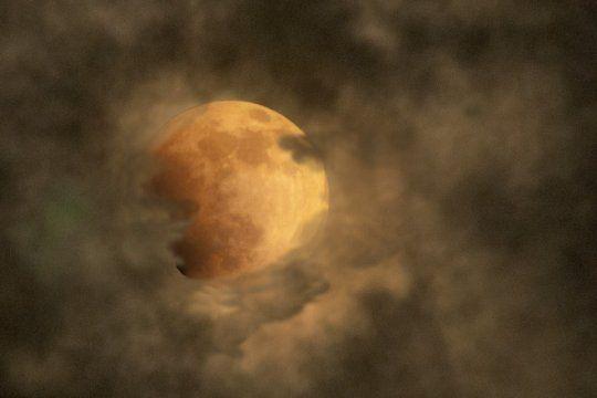 aunque no lo veamos, esta: las nubes amenazan con tapar el eclipse mas largo del siglo
