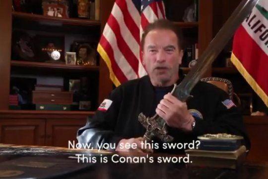 Arnold Schwarzenegger, con la espada de, Conan el Bárbaro en sus manos dio un discurso memorable contra el aún presidente Donald Trump.