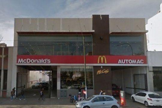 dos ladrones armados asaltaron un local de mcdonalds en pleno centro de la plata