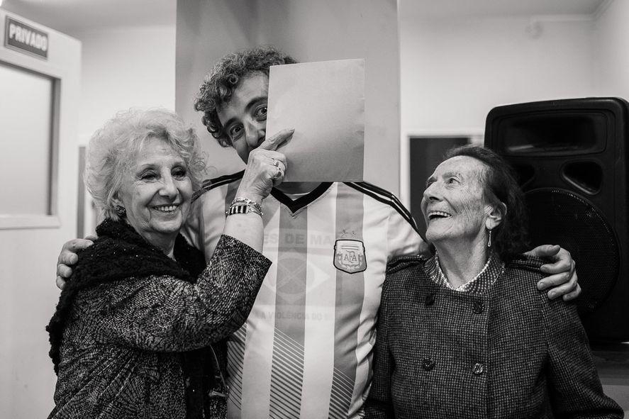 Ignacio Montoya Carlotto junto a su abuela
