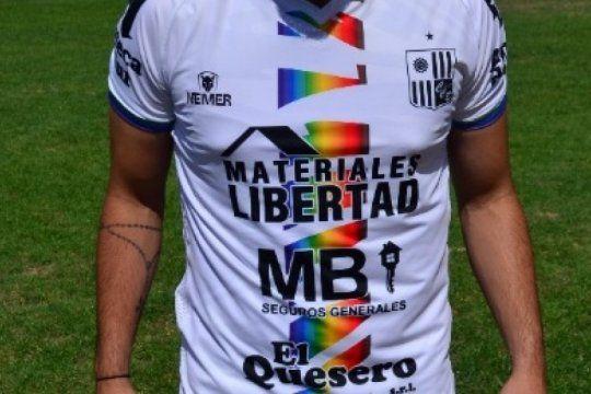 un equipo de la primera d estrenara un modelo de camiseta con los colores del orgullo lgbt