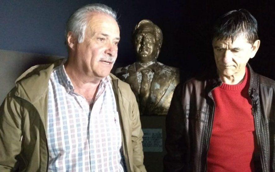 Derribaron un busto de Néstor Kirchner en Roque Pérez y Gasparini encabezó su restitución
