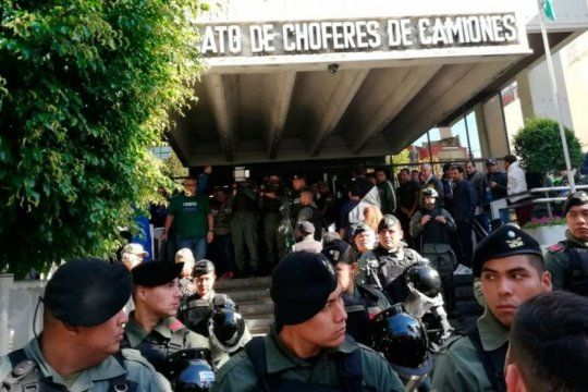 mas de 150 gendarmes rodean el sindicato de camioneros con hugo y pablo moyano adentro