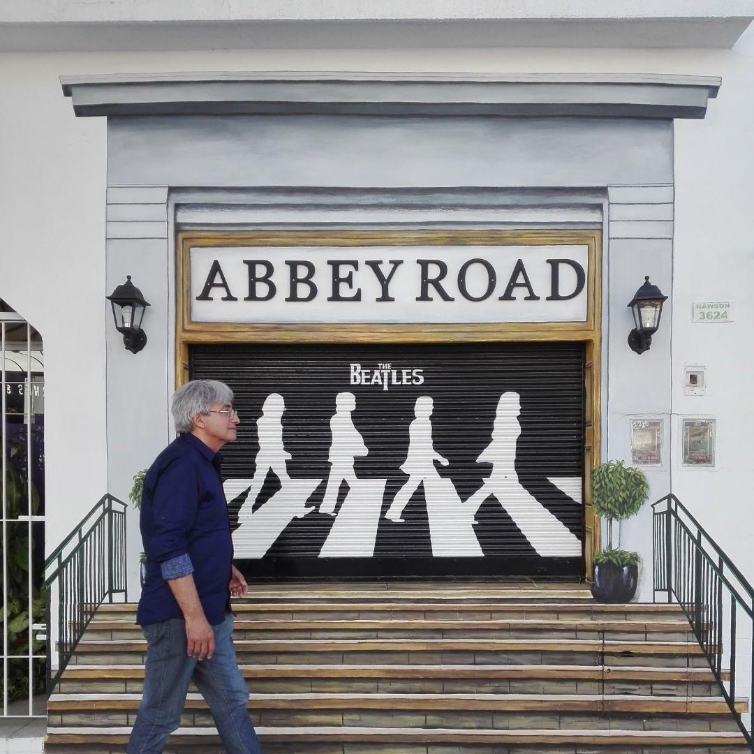 En la peluquería Abbey Road de Vicente López, los clientes son atendidos con batas similares a la vestimenta de Los Beatles en Sgt. Peppers. Foto tomada de Instagram (@abbeyroadpeluqueria)