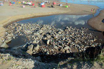 una de las playas de Necochea amaneció el fin de semana repleta de basura, desechos, y un olor desagradable.