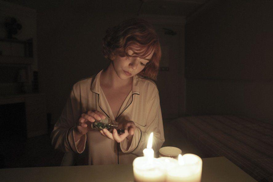 Beth Harmon consumiendo sus pastillas verdes en Gambito de Dama