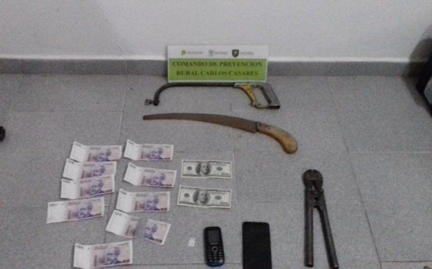 Recuperaron objetos robados y secuestraron dinero falso y armas en cinco allanamientos