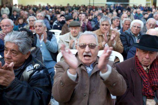 jubilados: el gobierno elimino el reintegro del 15% del iva para compras con debitos