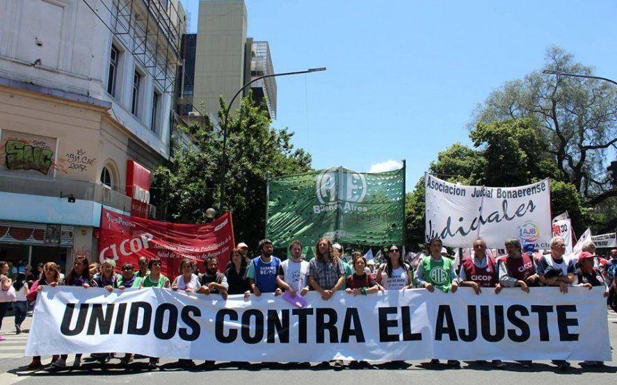 Estatales, judiciales y médicos realizan paro con movilización para exigirle a Vidal aumento salarial