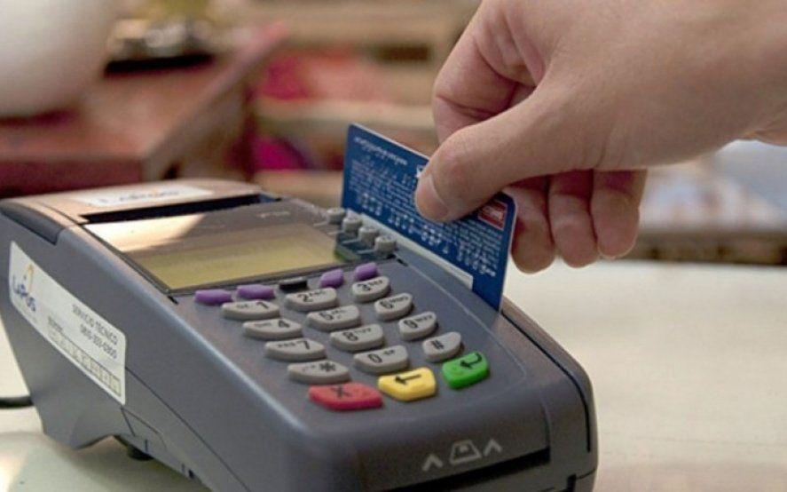 Si los comercios no aceptan pagos con tarjeta de débito, los consumidores podrán avisarle a ARBA