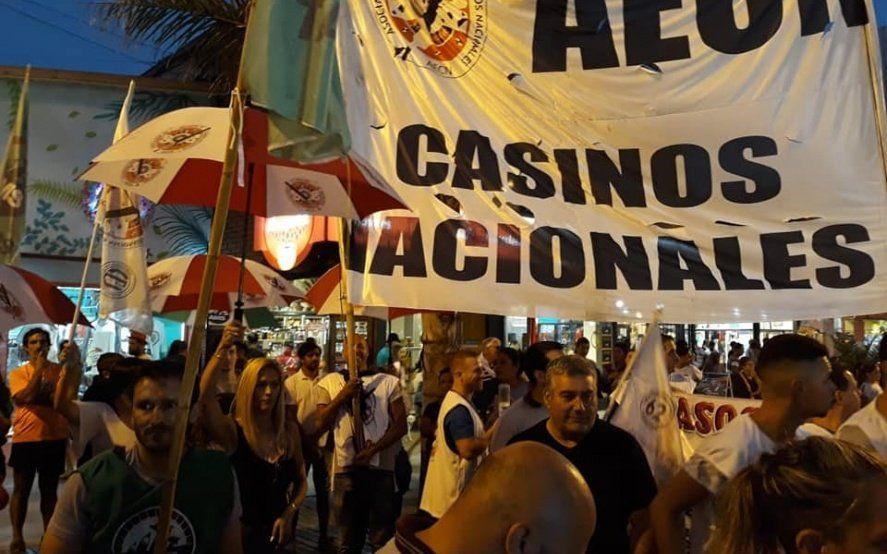 Trabajadores de casinos realizan paro y protestan en el Casino Central de Mar del Plata