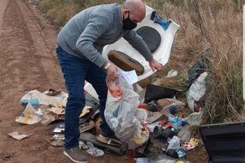 Intendente revuelve la basura para detectar quien la tiró