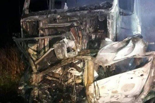 san miguel del monte: choque entre dos camiones y un auto dejo el lamentable saldo de cuatro muertos