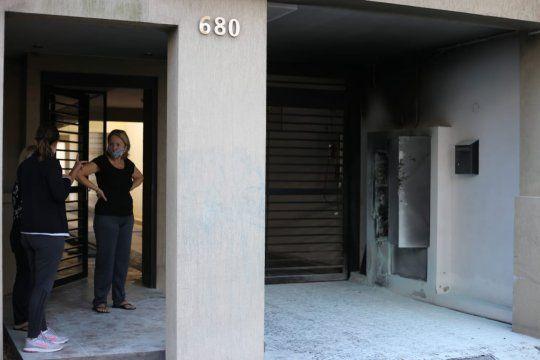 la plata: exploto el tablero electrico de un edificio, estan sin luz ni agua.
