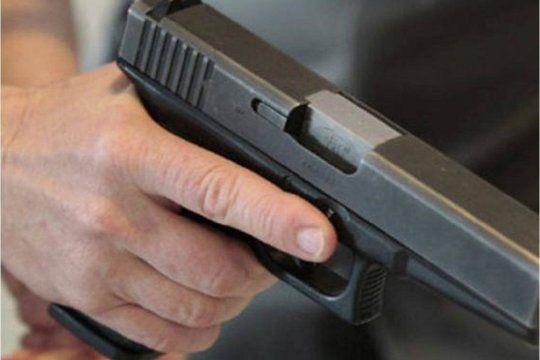 Un hombre de 30 años fue baleado en la rodilla derecha en un robo en Bernal