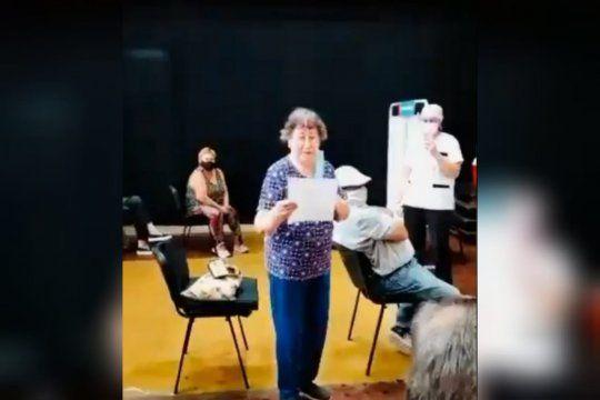 Una mujer fue a recibir la vacuna contra el coronavirus y agradeció con un poema