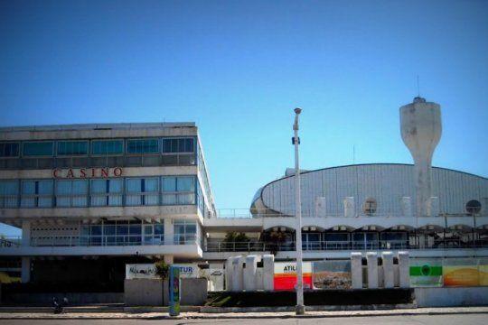 El histórico Casino situado entre el mar y el parque de la ciudad balnearia